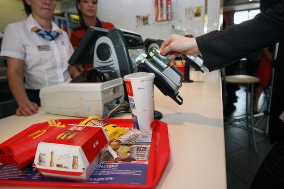 Платежная система «Мир» доплачивает клиентам за обед в McDonald's