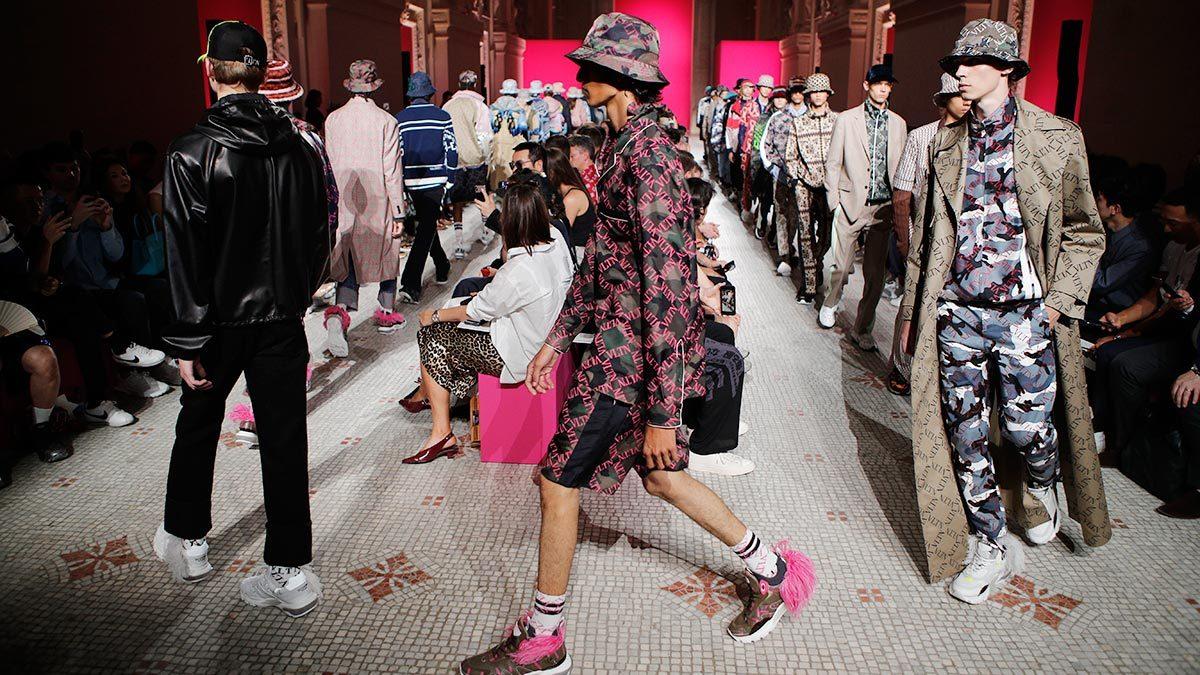 Мужские коллекции Valentino (на фото мужская коллекция весна-лето 2019) - пример того, как на изменившиеся представления о мужском и женском реагируют марки классической одежды