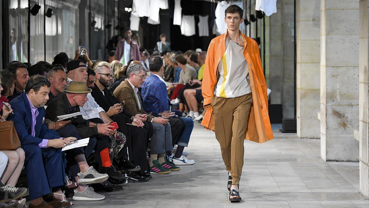 Цветовая гамма мужского гардероба за последние 5-10 стала намного шире. Яркие цвета появляются не только в коллекциях молодежных брендов, но и дорогих классических марок. На фото: показ Hermes весна-лето 2019