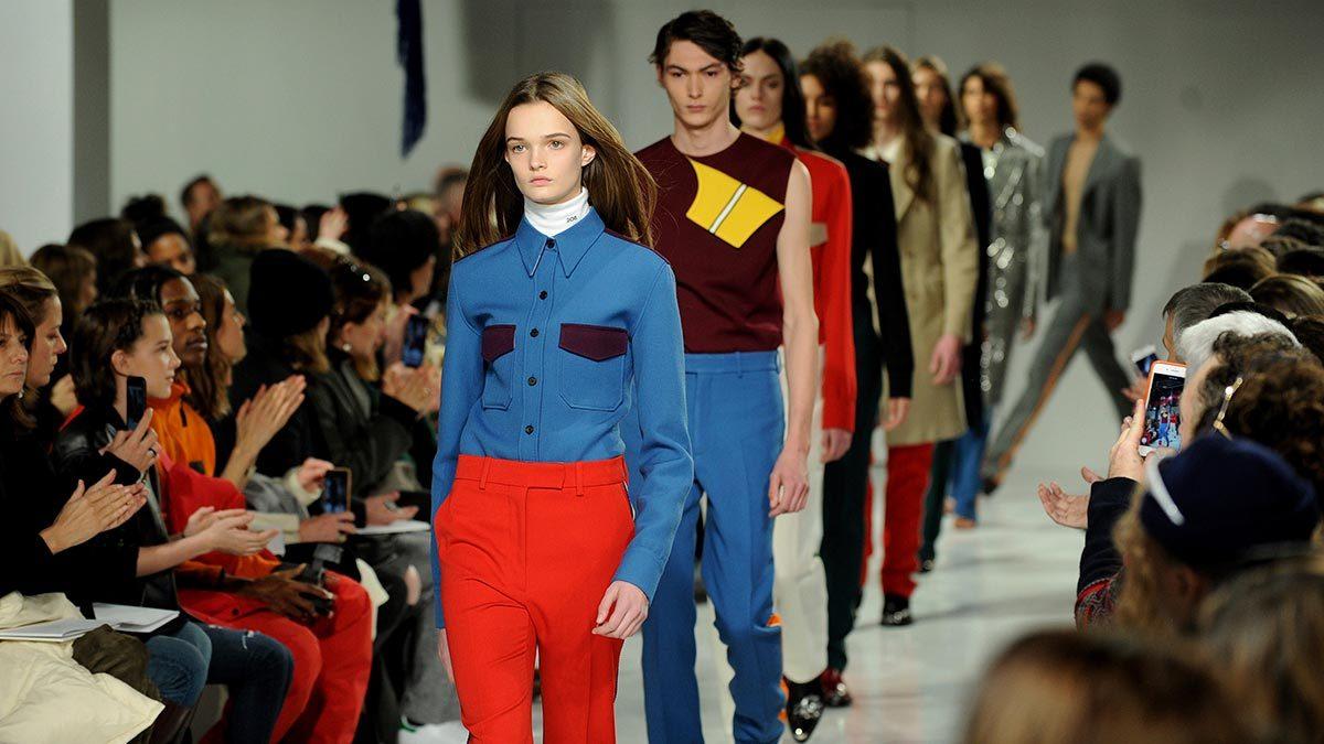 С элементами форменной одежды любит работать Раф  Симонс. В своей дебютной коллекции для Calvin Klein (на фото) он показал варианты современной городской униформы для мужчин и женщин