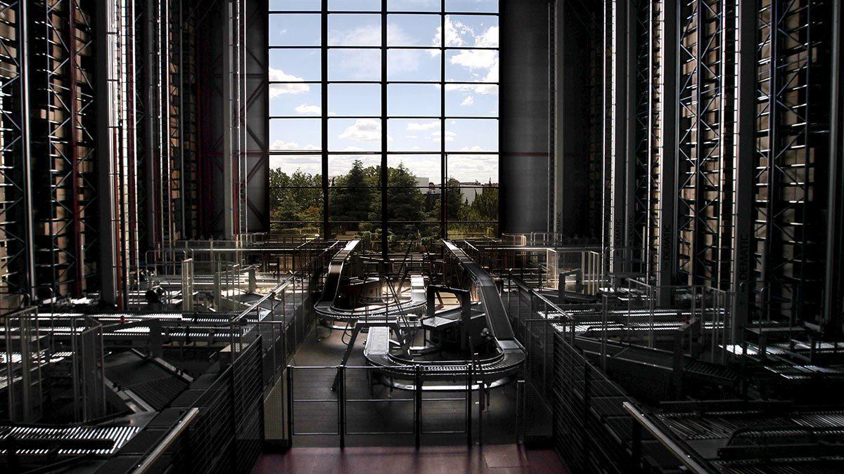 Пока роботов используют в логистике (на фото распределительный центр, где роботы управляют заказами клиентов на швейной фабрике Mango), однако в будущем они будут еще и создавать одежду