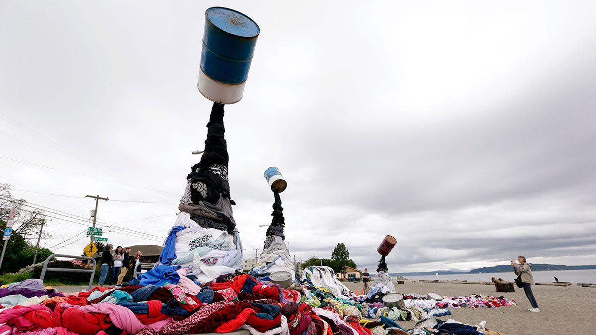 Художественная инсталляция «Разлив одежды», сделанная в рамках Дня Земли в 2016 году в Сиэтле. Для ее создания было использовано около трех тонн одежды, собранной благотворительным магазином Value Village. Компания утверждает, что американцы выбрасывают более 10 млн тонн одежды в год, 95% из которых можно было повторно использовать или переработать