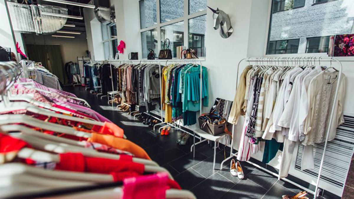 """В России сбором одежды, например, занимается организация """"Второе дыхание"""". Они собирают, сортируют, отправляют на переработку или перепродают одежду, бывшую в употреблении. На фото: один из их магазинов"""