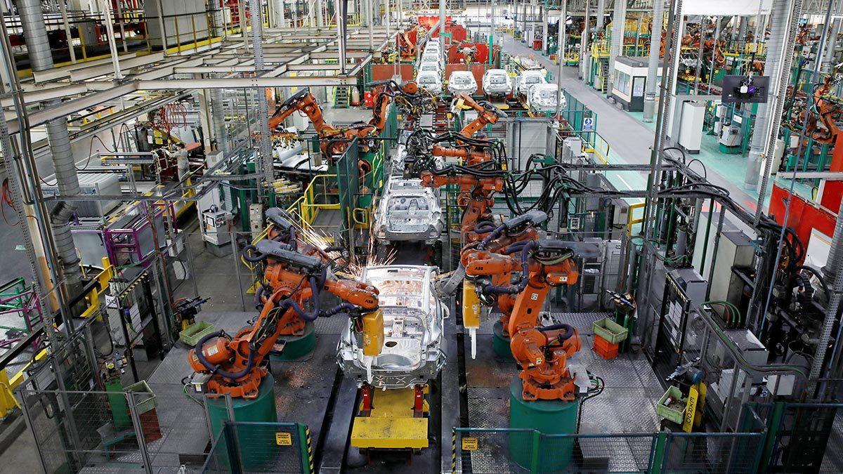 Технологи вытесняют человека с производства, однако масштабы проблем для рынка труда от цифровизации промышленности не стоит преувеличивать. На фото производственная линия на заводе Renault