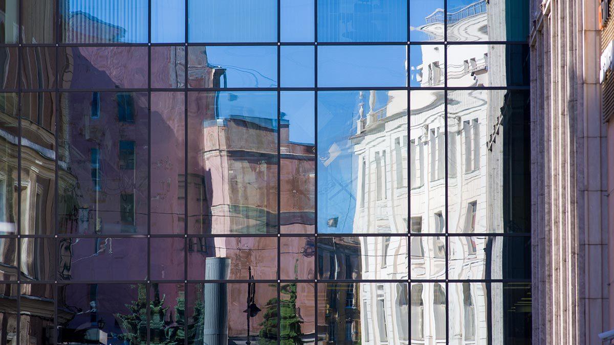 Жилья эконом-класса в Москве и Санкт-Петербурге, самых обеспеченных российских городах, будет становиться все меньше