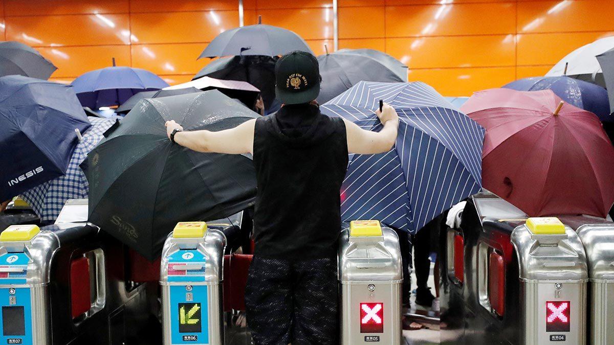 Во время массовых протестов в Гонконге в августе 2019 г. зонты были средством защиты не только от дождя, но и от камер наблюдения