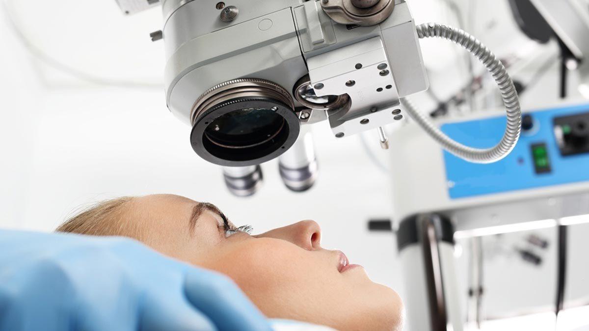 Лазерная коррекция зрения – доступная по стоимости операция, однако не все верят в ее безопасность