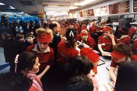 """Перед открытием McDonald's разместил единственное объявление о наборе персонала в газете """"Московский комсомолец"""" и получил 27 000 анкет. По итогам конкурса на работу взяли 630 человек."""