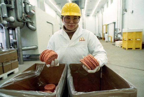 За год до открытия ресторана компания запустила на юге Москвы - в Солнцево - собственный завод по производству булочек и котлет для бургеров. Инвестиции в предприятие составили $50 млн.