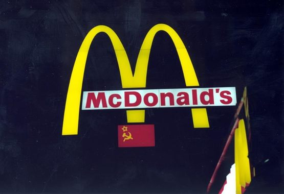 Первый McDonald's был наполовину государственным - 51% в компании принадлежал правительству Москвы. Даже в логотипе российского McDonald's присутствовала символика СССР.