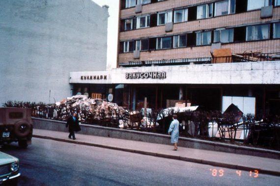 """Ресторан на Пушкинской площади был открыт на месте кафе """"Лира"""". В 70-80-х гг., до введения сухого закона, бар """"Лиры"""" славился своими коктейлями и был излюбленным местом встреч московских студентов."""