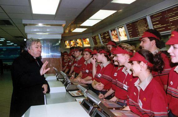 Руководитель департамента потребительских рынков правительства Москвы и первый президент McDonald's в России Владимир Малышков проводит инструктаж перед открытием ресторана.