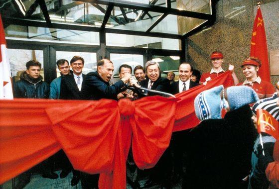 Договор о создании в Советском Союзе McDonald's подписывал Джордж Кохан (на фото: с ножницами слева). Местных партнеров представлял Владимир Малышков (в центре). Хамзат Хасбулатов (на фото справа) тогда был директором первого ресторана.