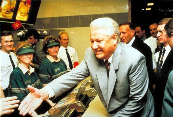 Первый президент России Борис Ельцин зашел в 1993 г. на открытие второго российского McDonald's в Газетном переулке в Москве.