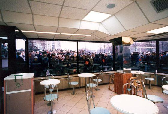 В первый день работы, 31 января, ресторан посетили рекордные для сети 30 000 человек, накануне открытия у McDonald's собралась толпа в 5000 человек. Очередь протяженностью в полкилометра полностью огибала Новопушкинский сквер.