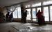Жители Мариуполя закрывают полиэтиленовой пленкой окна с выбитыми в результате обстрела стеклами