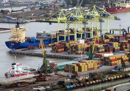 Стратегия защиты от импорта теперь плохо совместима с задачей экспортоориентированного роста (на фото - Морской порт Санкт-Петербурга)