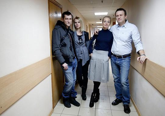 Олег и Алексей Навальные с супругами в коридоре суда
