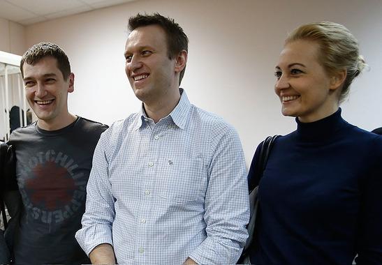Олег Навальный и Алексей Навальный с супругой Юлией