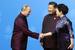 Президент России Владимир Путин и председатель КНР Си Цзиньпин с супругой перед совместным фотографированием лидеров экономик форума АТЭС в Пекине, 10 ноября 2014 г.