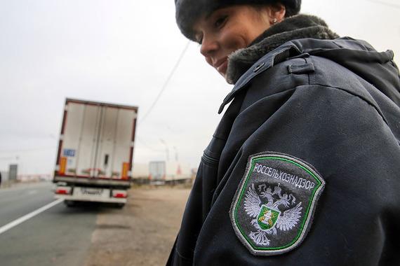 Российские власти признали, что запрещенная к ввозу продукция из Евросоюза продолжает поступать на российский рынок через Белоруссию, и разрешили Россельхознадзору усилить контроль над пересекающими границу грузами.
