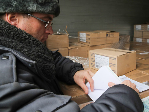 Инспектор может только заглянуть в фуру, и оценить, действительно ли то, что он видит, соответствует тому, что написано в документах. Проверить весь груз не позволяет законодательство таможенного союза.