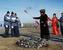 Шаман с зажженным после ритуала кормления огня факекелом во время эстафеты Паралимпийского огня в Саяногорске в Республике Хакасия.