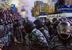 30 ноября                                                               Разгон Евромайдана. В 4.00 утра милиция попросила освободить Майдан для того, чтобы можно было подготовить новогодний праздник. Митингующие проигнорировали просьбу, а те из них, кто были в масках, стали проявлять агрессию против «Беркута». 290 бойцов «Беркута» силовым методом разогнали митинг сторонников евроинтеграции, большинство из которых были студентами вузов. Несколько десятков людей получили телесные повреждения. Из них, по официальным данным, 21 человек был доставлен в больницу, 7 госпитализировано. «Беркут» преследовал людей по Крещатику и прилегающим улицам вплоть до Михайловского собора, монахи которого открыли ворота и укрыли преследуемых студентов. Коммунальщики на майдане установили новогоднюю ёлку, которою оппозиция окрестила «кровавой».                                                              Подробнее о событии