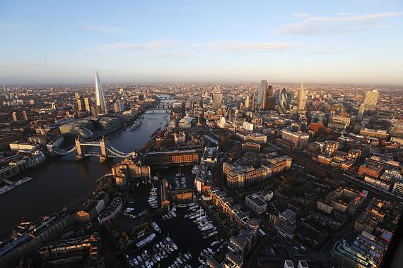 Лондонский Сити активно сотрудничает с российским бизнесом. Инвестбанки помогают компаниям привлечь капитал за счет размещения акций и облигаций, получения кредитов, управляющие благосостянием готовы позаботиться о миллионах российских олигархов.
