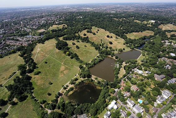 Алишер Усманов владеет поместьем XVI в. в Суррее, а также особняком периода Регентства (1810-е гг.) стоимостью почти $80 млн в Лондоне. Этот особняк расположен в районе Hampstead Heath (на фото).