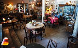 Нарочито обшарпанное кафе «Антракт» возле Народовы очень любят и работники театра, и зрители, и все, кто живет по соседству