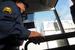 Охранник проверяет автобус на въезде на Адлерскую ТЭС