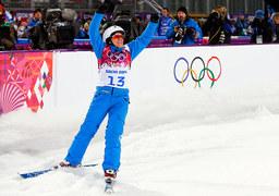 В апреле белорусской фристайлистке Алле Цупер, выступающей в дисциплине «лыжная акробатика», исполнится 35 лет. В мире фристайла ее имя достаточно известно, на этапах Кубка мира она дебютировала еще 18 лет назад - в 1996 году, с тех пор неоднократно их выигрывала и становилась призером. Но вот чемпионаты мира и Олимпийские игры ей никак не давались, в сумме за девять выступлений в разные годы - ни одной медали. В 2011 году она решила уйти из спорта, потом родила дочку и, как сама признавалась, даже думать забыла о тренировках, став обычной домохозяйкой. Но прошлой весной ее уговорили вернуться. «Меня буквально вытянули на трамплин. Говорили: «Нет выхода! Надо спасать!» - рассказывала она. В Сочи Цупер была в шаге от очередного поражения, выйдя из квалификации в финал с последнего места. Но главные прыжки исполнила безукоризненно - и выиграла золотую медаль.