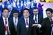 Премьер-министр Японии Синдзо Абе (в центре)