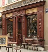 На месте этого здания в XVIII веке находилась аптека Кунце, где и был впервые приготовлен Рижский бальзам