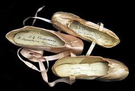 Балетные туфли Ольги Преображенской, Тамары Карсавиной, Людмилы Бараш с автографом Бахрушину. 1903, 1913, 1908