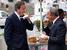 Премьер-министр Великобритании Дэвид Кэмерон и Майкл Блумберг обедают на улице Нью-Йорка,  2010 г.