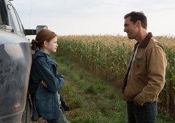 Когда герой Мэттью Макконахи улетит в космос, его дочь превратится из юной Маккензи Фой (на фото) в Джессику Честейн