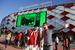 Перед входом на стадион болельщиков встречали мимы - они развлекали детей и взрослых и гримом рисовали на лицах желающих красно-белые полоски. Желающих было много.