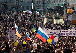 Участники антивоенной акции в Москве