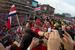 Политики-фанаты                                          Вряд ли мы запомним, как зовут президента Коста-Рики (на всякий случай - Луис Гильермо Солис), но трудно остаться равнодушным, увидев, как глава государства болеет за свою маленькую, но гордую страну. У себя в офисе или дома с семьей, но обязательно в футболке сборной и фотодоказательством боления в соцсетях. В Бразилию на футбол уже приезжали канцлер Германии Ангела Меркель, король Бельгии Филипп с семьей и британский принц Гарри. Президент Бразилии Дилма Руссеф, побоявшись быть освистанной публикой, не принимала участия в церемонии открытия чемпионата мира (также пока неизвестно, будет ли она закрывать турнир вместе с президентом FIFA Йозефом Блаттером). Можно предположить, что будет: иначе кто будет передавать Владимиру Путину символическое право принять следующий чемпионат мира, который пройдет в России в 2018 г. Президент России уже пообещал посетить финальный матч.