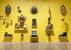 Британское народное искусство (Лондон)                                      Крупная выставка, посвященная британскому народному искусству, проводится в галерее «Тейт». На ней представлено множество объектов, сделанных непрофессиональными художниками в разное время. Среди них скульптурный портрет короля Альфреда из соломы, необычная скульптура петуха, созданная военнопленными армии Наполеона из бараньих костей, а также несколько жертвоприношений по обету (экс-вото) в бутылках с прозрачной жидкостью, наивная живопись, глиняные расписные подносы и искусно вышитые шотландские килты. Кроме того, здесь можно увидеть фигуры, размещаемые на носу судов, а также различные магазинные вывески.                                      До 31 августа, tate.org.uk