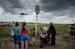 """Беженцы переходят границу на пограничном пункте пропуска """"Северный""""."""