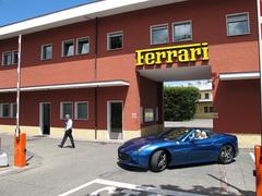 Новейшая модель Ferrari - California T, - покидает проходную завода в Маранелло.
