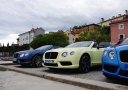 Цвет кузова купе GTC, лазурный Kingfisher Blue, как и лимонный Monaco Yellow кабриолета, предназначен только для S-версий