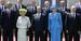 Групповая фотография участников завтрака в замке Бенувиль. В переднем ряду слева направо: президент США Барак Обама, королева Великобритании Елизавета II, президент Франции Франсуа Олланд, королева Дании Маргрете II, президент России Владимир Путин.
