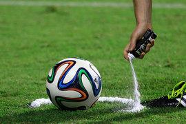 Судья чертит пеной линию вокруг мяча, за которую его запрещено  выводить