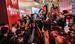 Кандидат в президенты Украины Петр Порошенко (в центре) набирает 53,86% голосов избирателей по результатам обработки 50,26% бюллетеней, сообщает пресс-служба Центризбиркома. Это говорит о вероятной победе Порошенко в первом туре.