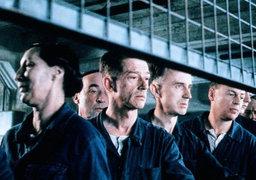 В романе «1984» Джордж Оруэлл описал, как язык помогает формировать тоталитарное общество: в новоязе многие слова утрачивают изначальный смысл и обретают новый («Война - это мир»). Кадр из фильма «1984»