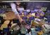 Продавщица на рынке в Симферополе ставит ценники в российских рублях